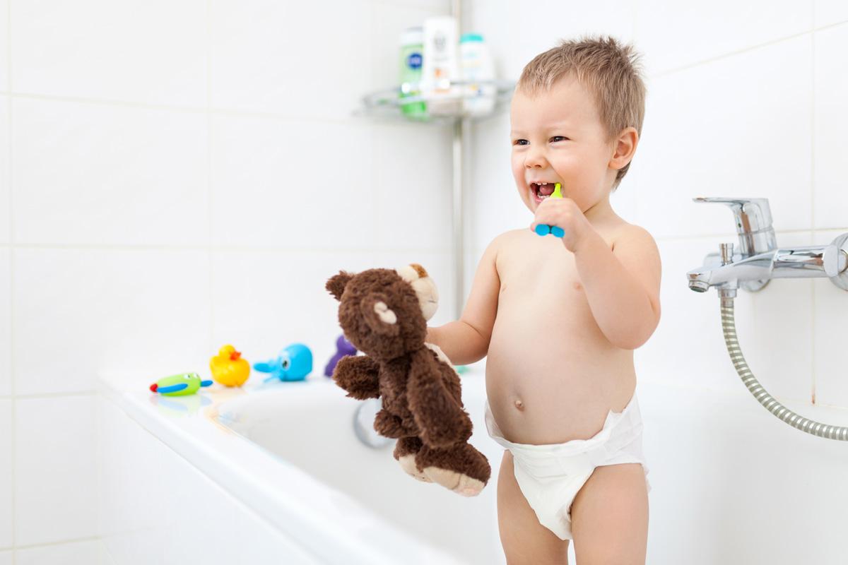 Un petit enfant se lave les dents