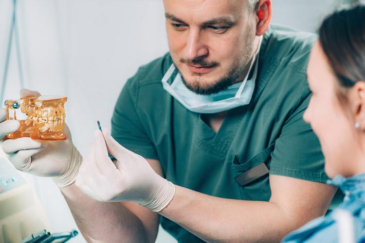 Le dentiste explique les étapes de la mise en place de l'implant