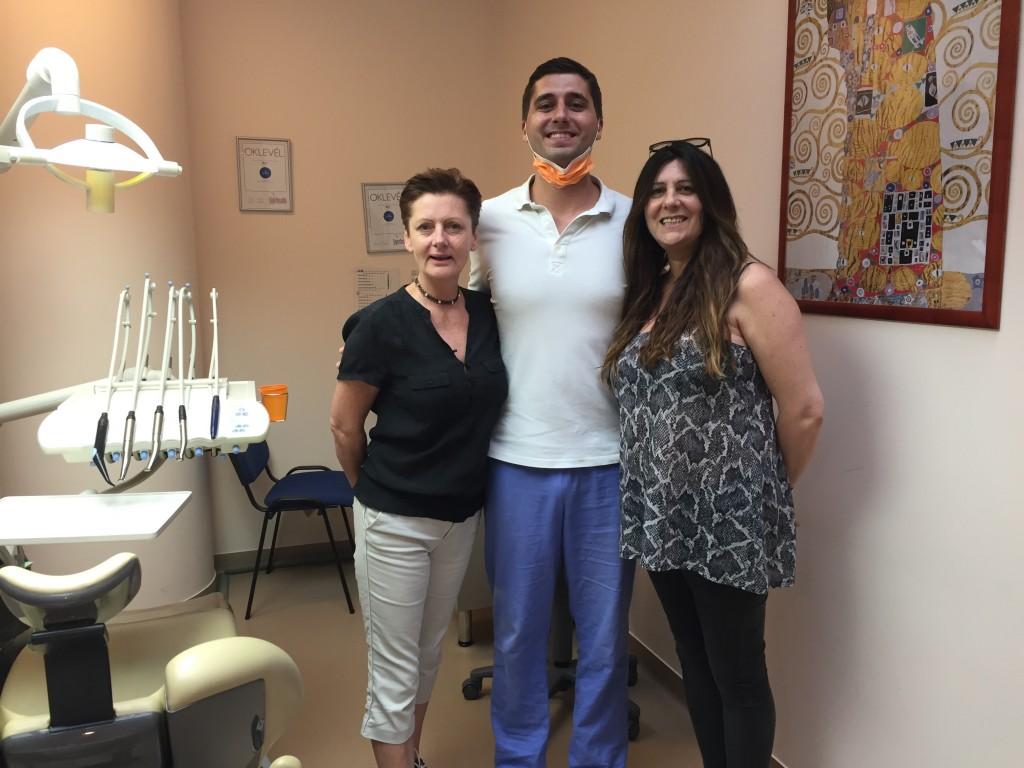 Des dames apres la 1ere visite á Top Dentiste Budapest