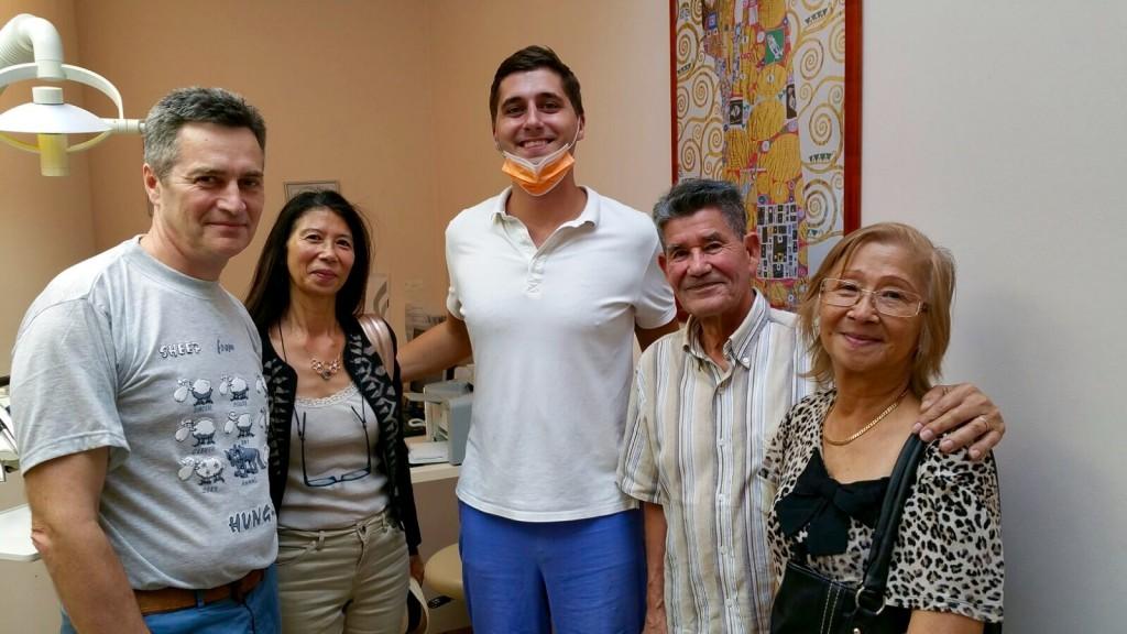 Dr. Bodnár et une familie heureuse á Top Dentiste Budapest
